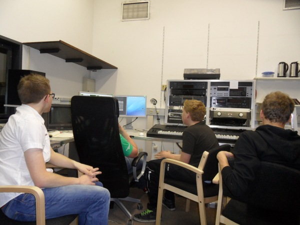 Die Schüler bei der Arbeit im Tonstudio