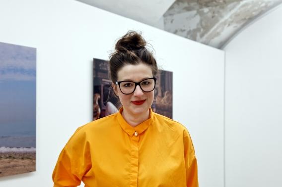 Amely Deiss in der aktuellen Ausstellung Who the f*ck is Halil Altindere?  Foto: Elias Fecher