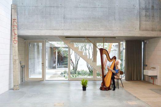 Lili Sumner and a harp at the studio, London 2016, © Jürgen Teller