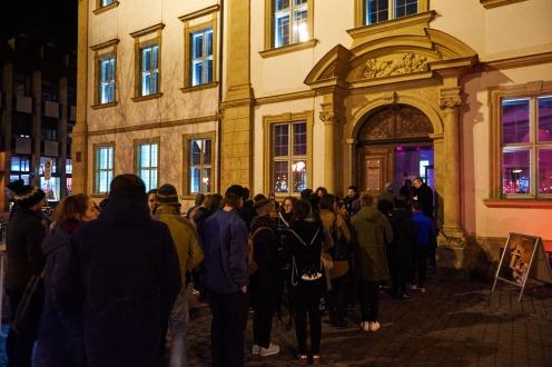 Wartende vor dem Haus, Foto: Markus Faber