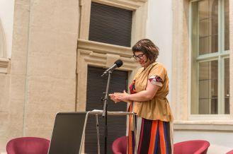 Amely Deiss, Leiterin des Kunstpalais, führt in die Ausstellung von Sol Calero ein, Foto: Kilian Reil