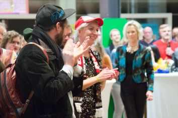 Künstlerin Lilly Urbat, 2.v.l. und Stadträtin Ursula Lanig (SPD), 3.v.l., Foto: Claudia Holzinger