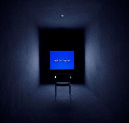 "Jeremy Shaw, ""Introduction to The Memory Personality"", 2012, Ein-Kanal-Videoinstallation mit Originalsoundtrack, 12:32 Min., Installationsansicht ""One on One"", KW Institute, Berlin"