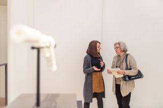 Foto: Kilian Reil, Ausstellungseröffnung 2018,Altered States, Besucher im Gespräch