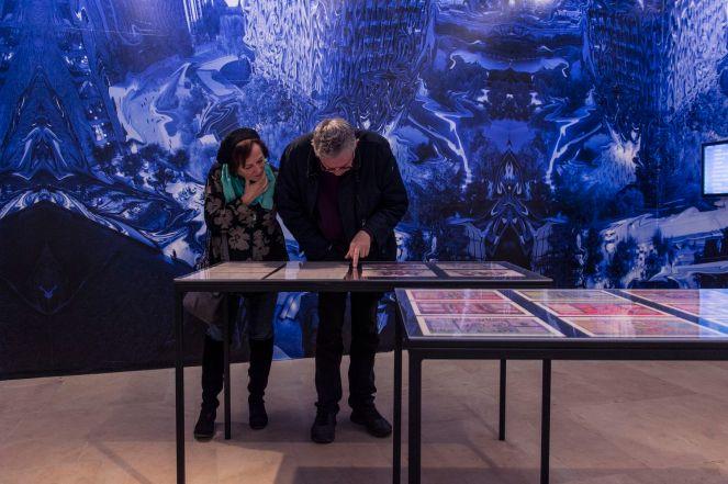 Foto: Kilian Reil, Ausstellungseröffnung 2018, Altered States, Besucher im Gespräch