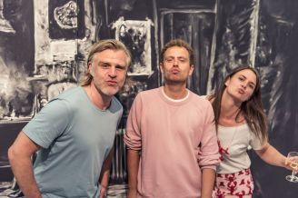Die Sofas Florian Frohnholzer und Thomas Pruss (sofarobotnik, München) mit Milena Mercer (Kuratorin, Kunstpalais), Foto: Kilian Reil