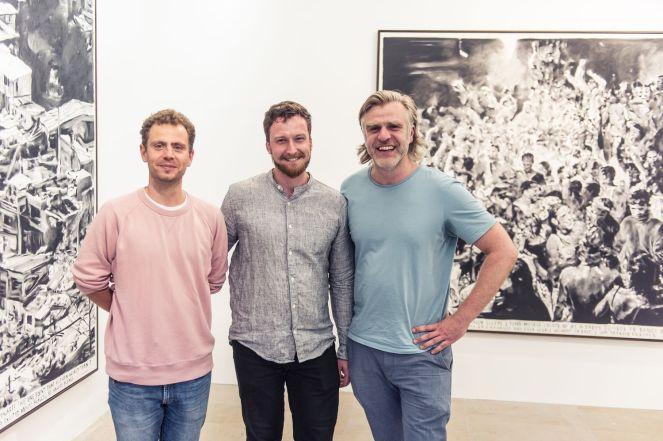 Die Sofas Florian Frohnholzer und Thomas Pruss (sofarobotnik, München) mit Malte Kröger (Kurator, Kunstpalais)