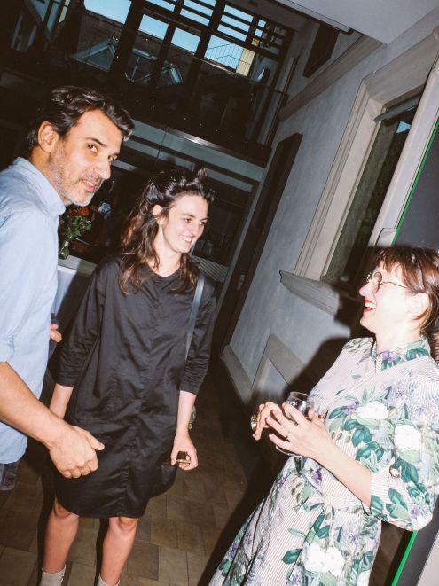 Prof. Michael Hakimi (AdBK Nürnberg), Raphaela Vogel (Künstlerin) und Amely Deiss (Leiterin, Kunstpalais)