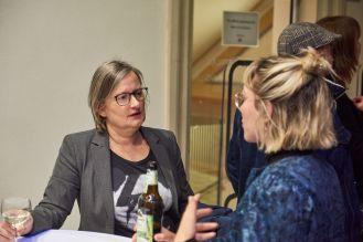 Melitta Kliege, FAU Erlangen-Nürnberg, und Louisa Behr, Kuratorin, Foto: Markus Faber