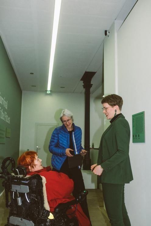 Anne Reimann (in der Mitte), Leiterin des Kulturamts, Stadt Erlangen, Johanna Berges-Grunert (rechts), Kunstpalais, Foto: Frédéric Schwilden